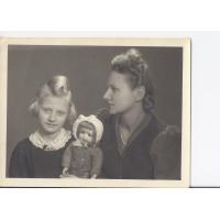 Ewa Niewęgłowska z mamą Alicja i pierwszą sopocką lalką, Sopot 1946 r.