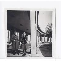 Jan Kwiatkowski i Alicja Niewęgłowska na Placu Kuracyjnym, Sopot 02. 1946 r.