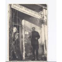 Józef Niewęgłowski i Jan Kwiatkowski przed biurem Zarządu Zawodowego Odbudowa, Sopot