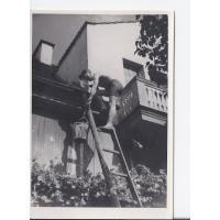 Józef Niewęgłowski przy remoncie dachu, Sopot lata 40. XX w.
