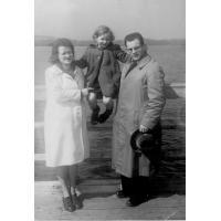 Elżbieta Bianga z córką Basią i mężem na molo, Sopot 1946 r