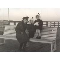 Siostry Geyer z Mamą, Sopot lata 50. XX w.