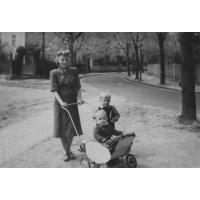 Stanisław Ossowski z mamą i bratem na ul. Adama Mickiewicza, Sopot 1950 r.