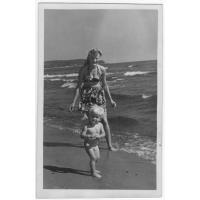 Stanisław Ossowski z mamą na plaży przy Łazienkach Północnych, Sopot 1947 r.