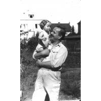 Marian Sztobryn z córką Anną w ogrodzie, ul. Polna Sopot lata 60. XX w.