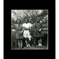 Od lewej stoją Hanka Klepacka, Czesława Gimzicka, Aleksandra Niwińska i Grażyna Świątecka, Sopot 1947 r.jpg