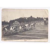 Pierwszy z lewej Gustaw Roth-Kowalski obok jego kuzyn Wiktor Hałas na stadionie w Gdyni, 06.08.1939 r.