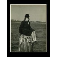 Halina Michalak pozuje do zdjęcia na molo, Sopot 1946 r.jpg