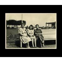 Halina Michalak z koleżankami na ławce na Placu Kuracyjnym, Sopot 1946 r.jpg
