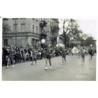 Harry Gawrych gra na fanfarze podczas pochodu Pierwszomajowego, Sopot lata 40. XX w.
