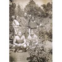 Harry Gawrych  (pierwszy z lewej) Sopot, ul. Chopina 17, lata 50. XX w.