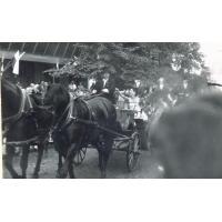 Korso kwiatowe, Lidia Korsakówna (aktorka teatralna i filmowa) i Harry Gawrych, Sopot 1966 r. Powozi Witold Niemojewski - trener klubu jeździeckiego.