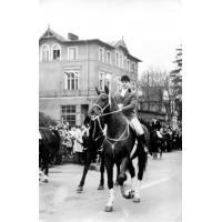 Parada konna z okazji 1 maja. Harry Gawrych, prezes Sopockiego Klubu Jeździeckiego,  jedzie na koniu Falkon, Sopot 1961 r.