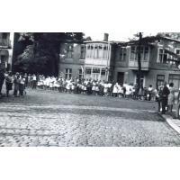 Tłumy obserwujące korso kwiatowe, Sopot 1967 r.