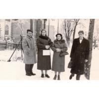 Państwo Wieloszewscy (z lewej) i Państwo Godlewscy na spacerze, Sopot ul. Armii Czerwonej lata 60. XX w.
