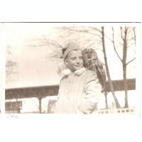 Iwona Ledwożyw pozuje z sową.