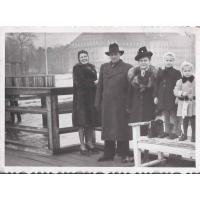 Izabella Stern z córkami Karin i Roswitą i z kuzynem Maksymilianem Roth i jego żoną Felicją, Sopot 12. 1947 r.