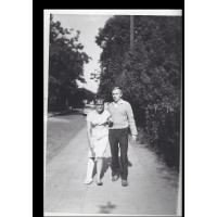Jadwiga Konieczyńska z mężem na ul. Poniatowskiego, Sopot 08. 1964 r.