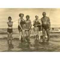 Jakub Schutta z rodziną na plaży, Sopot lata 30. XX w.