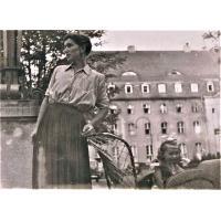 Joanna Palke-Marczak w wózeczku przed Grand Hotelem z mamą, 1955
