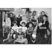 Zabawa kostiumowa w Dworku Sierakowskich, Sopot 1951 r.