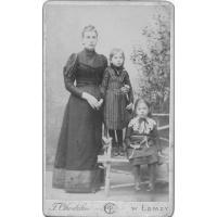 Maria Moczydłowska z matką, Feliksą z Dłużniewskich Grzymkowską i siostrą. Janiną, Łomża 1890 r.