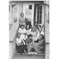 Personel pedagogiczny kolonii Polonii Zagranicznej w Sopocie 8.07 - 16.08. 1957, u góry w centrum Maria Moczydłowska.