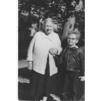 Maria Moczydłowska z wnukiem Januszem.