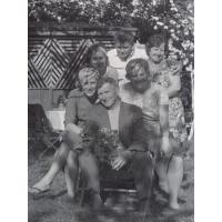 Michał Olichwier (siedzi) z rodziną w ogordzie na ul. Małopolskiej, Sopot 1957 r.