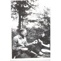 Michalina Krzyżanowska z ojcem Henrykiem na grzybobraniu, Sopot 1964 r.