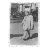 Monika Sienkiewicz na skwerze przed kościołem św. Jerzego, Sopot 1947 r.