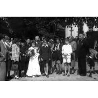 17 Zdjęcie rodziny Wielochów przed kościołem św. Michała, Sopot l. 50. XX w.