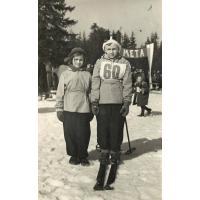 19 Romana Orlikowska-Wrońska( z domu Wieloch) z bratem Wiktorem na Łysej Górze, Sopot l. 50. XX w.