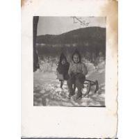 Roswita Stern z siostrą Karin na sankach, 12. 1945 r.
