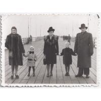 Od lewej Izabella Stern z córkami Roswitą i Karin. Felicja Roth z mężem Maksymilianem 1947 r.