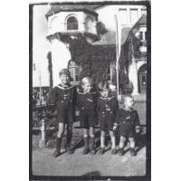Ryszard, Edmund, Romuald i Zbigniew Krzykowscy przed Zakładem Balneologicznym, Sopot 1948 r