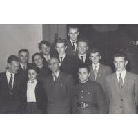 Dyrektor Jan Bojanowicz z grupą uczniów z II. klasy, 1949 r.