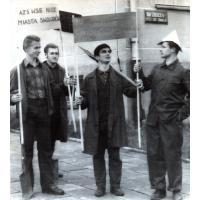 Budowa biblioteki, Stanisław Gienc pierwszy z lewej, Maciej Borkowski pierwszy z prawej, Sopot przy Domu Studenckim nr 2, 1967 r.