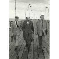Stanisław Szymborski na molo w towarzystwie Pawła Jasienicy, Sopot lata 60. XX w.