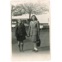 Teresa Karnowska z domu Mielczarek z koleżanką na ul. Bohaterów Monte Cassino, Sopot 1945 lub 1946 r