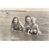 Halina Misiołek z córką Teresą oraz przyjaciółką Lonią Kończak, Sopot lata 50. XX w.