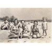 Halina Misiołek z córkami i koleżankami, Sopot lata 50. XX w.