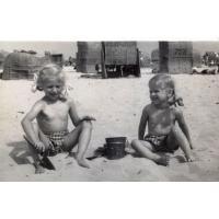 Teresa i Dorota Misiołek na plaży, Sopot lata 50. XX w.