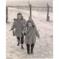 Teresa i Dorota Misiołek na plaży zimą, Sopot 01.1950 r.