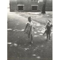 Teresa i Dorota Misiołek za urzędem miasta, Sopot lata 50. XX w.