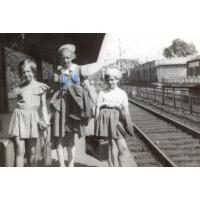 Teresa Misiołek (w środku) z koleżankami Grażyną i Dorotą na dworcu, Sopot lata 50. XX w.
