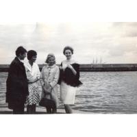 Teresa Zabża (druga z prawej) ze znajomymi, Sopot 1966 r.