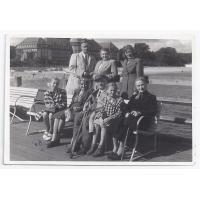 Stoją Gustaw Roth-Kowalski z żoną Marią i swoją siostrą Izabellą Stern. Siedzą od lewej Karin Stern, Wanda Kurpisz-Andrzejewska z mężem Teofilem Andrzejewskim, Rosvita Stern i Walentyna Kurpisz-Roth, Sopot 07.1956 r.