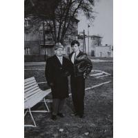 Aleksander (Wojtek) Wójtowicz z synem przed domem na Alei Niepodległości 677, Sopot lata 60. XX w.