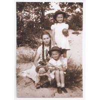 Wirginia z siostrami Agnieszką i Dalią, 1948 r.